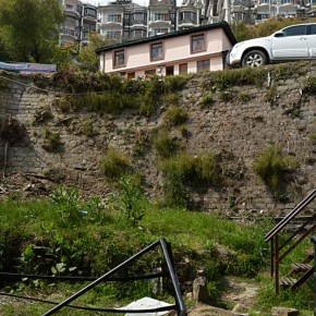 Missing saftey railings in shimla roads