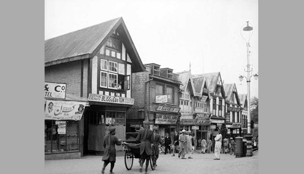 One-can-easily-see-the-resemblance-of-the-shops-in-the-old-and-new-pic