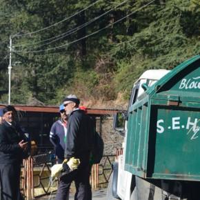 MC-Shimla-Employees-with-ward-Councillor-diksha-thakur-burning-garbage-in-open