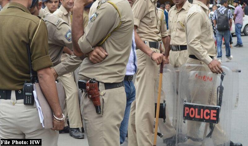 Hamirpur police saving molestor