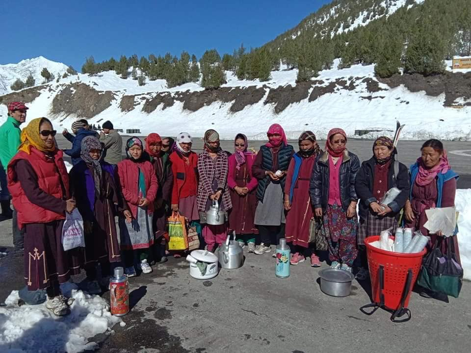 villagers help people stranded in lahaul spiti