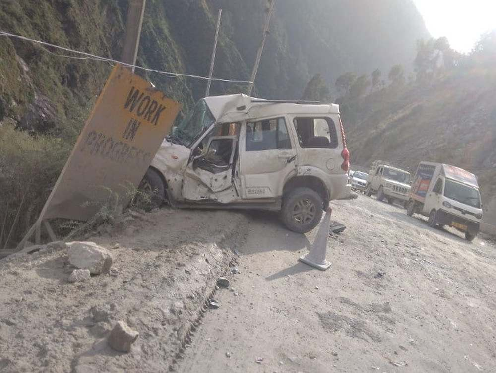 Rocks fell on cars in mandi