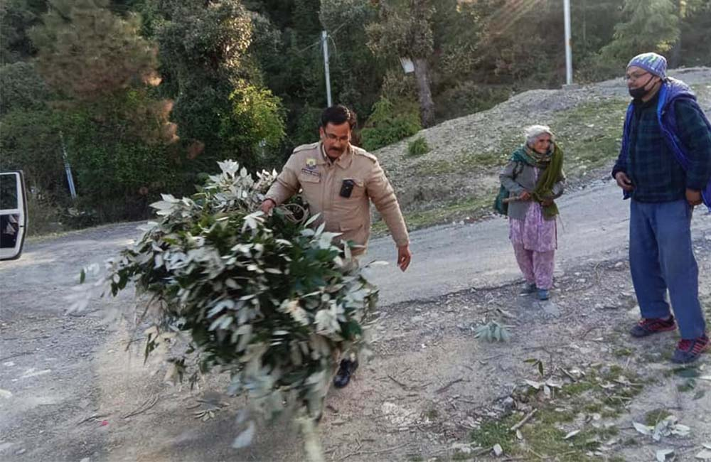 policeman in himachal helping old lady
